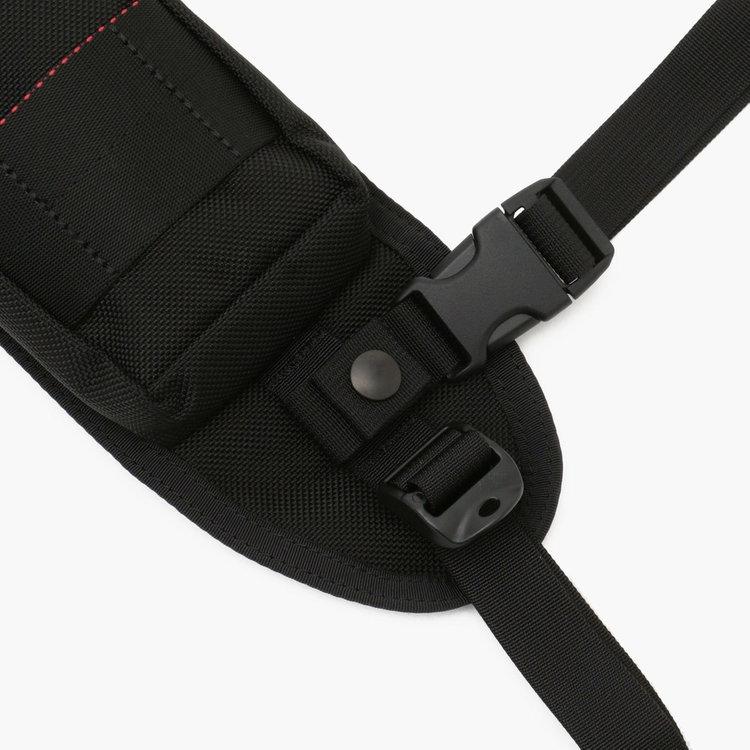 自転車やバイク乗車時に便利な3点留めベルトを搭載することで、アクティブで機動性の高い仕様に。