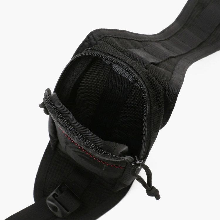 カバンを背負った状態で容易に荷物の出しいれができる。ショルダー部分のポケットは。スマホなどを収納するのに最適。
