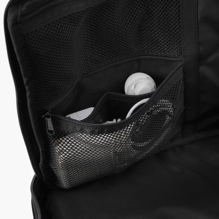 メッシュポケット内部にはさらに仕分け用のポケットを完備し、細々したアイテムも出し入れしやすい仕様に。
