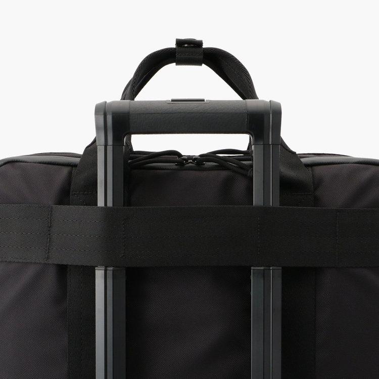 キャリーケースと併せ持ち可能なメンファスナーを背面に搭載。