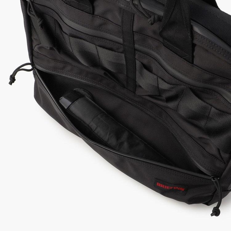 フロント下部のポケットには、折り畳み傘などを収納するのに便利。スリムタイプのドリンクボトルなども収納できるサイジング。