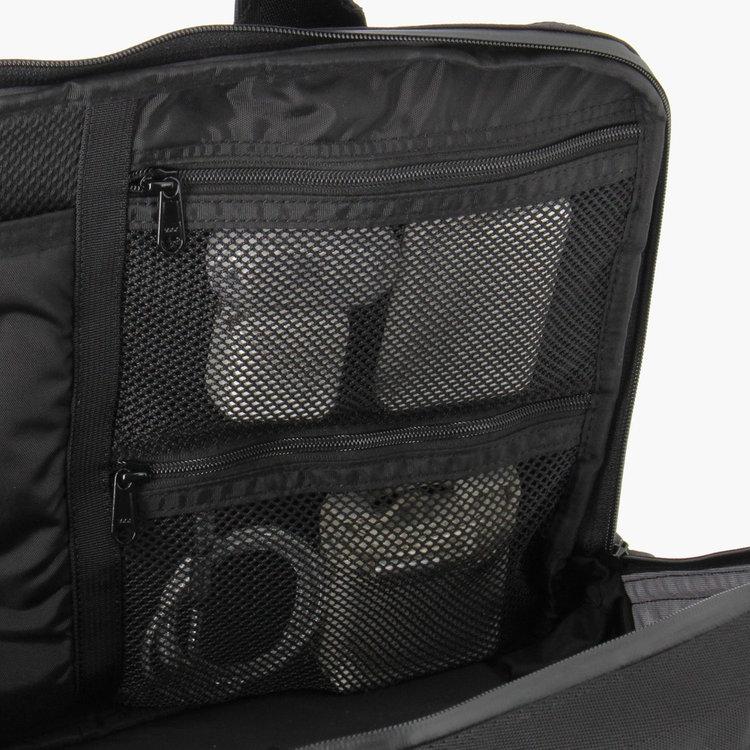 メイン収納部に設けたメッシュポケットは、ごちゃごちゃしがちなPC周辺機器をまとめて収納するのに最適。