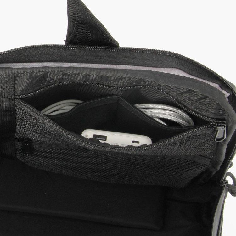 メッシュポケット内部には、仕分け用のポケットを配し、ケーブルなどの細々↓アイテムを整理して収納する事が可能。