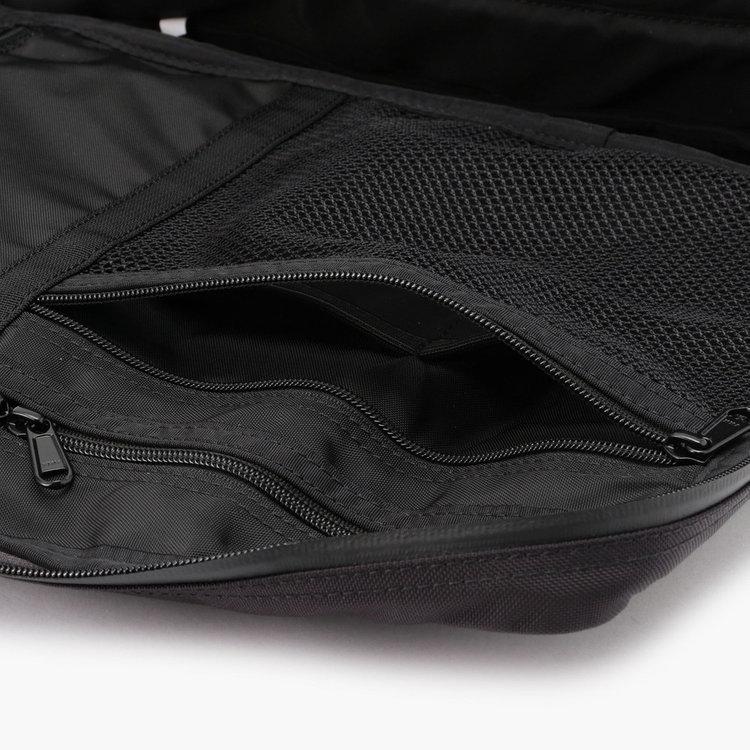 視認性に優れたメッシュポケットは、ガジェット類をまとめて収納するのに便利。