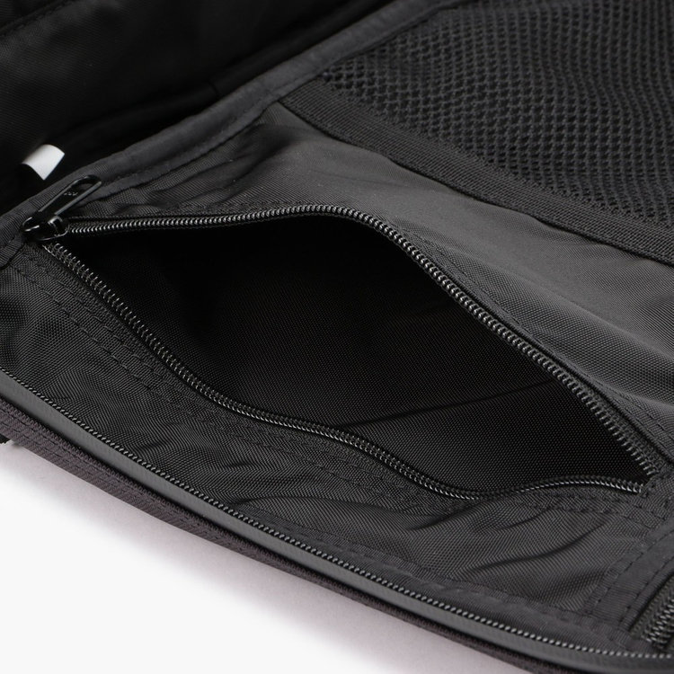 ペンケース等の収納に調度良いサイジングのジップポケット。
