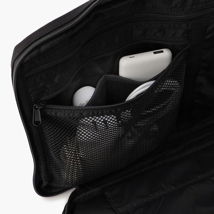 メッシュポケット内部に仕分け用ポケット2つを完備。からまりやすいケーブルなども整頓しやすい構造です。