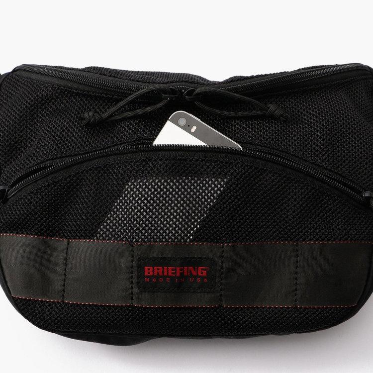 網目の粗いアメリカ製のメッシュ素材を用いたフロントポケットは、視認性に優れるだけでなく、濡れたものなども乾きやすい。