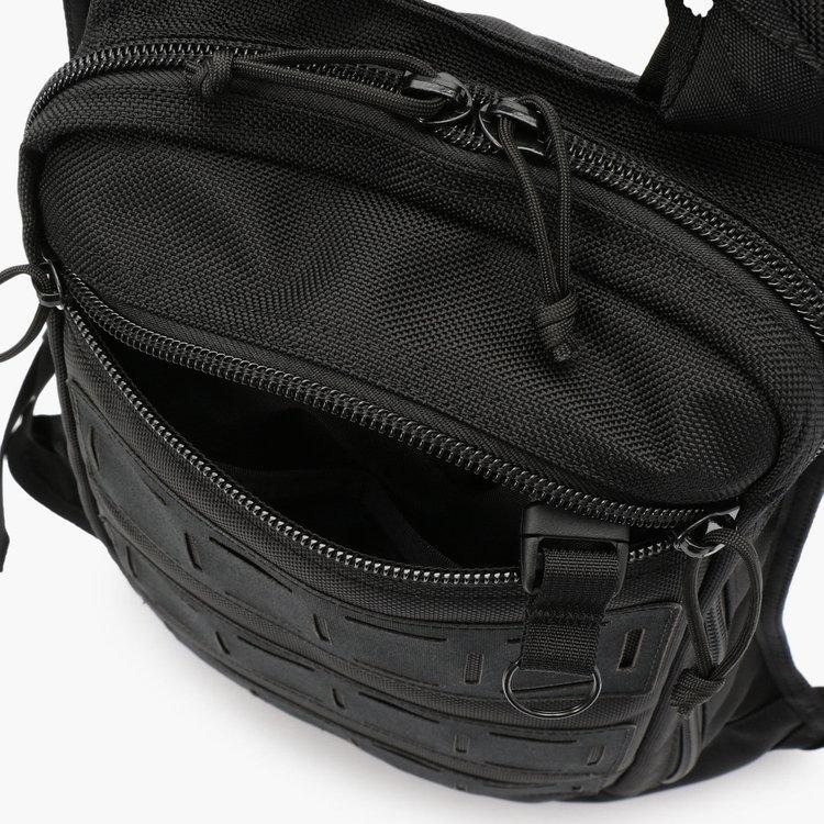 フロントのジップポケット内には、仕分け用のポケットを2つと着脱式のキーホルダーを搭載。