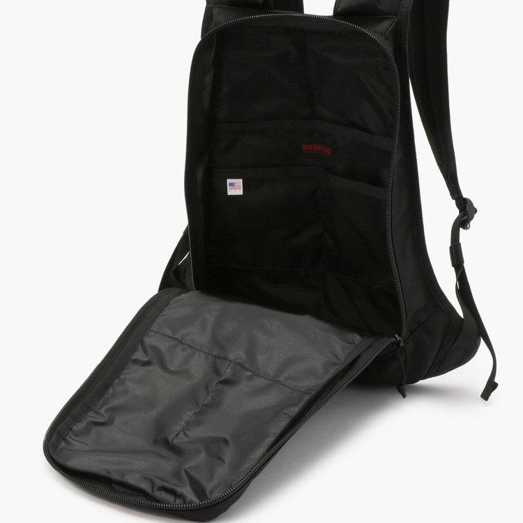 嵩張る荷物の出し入れに配慮し、大きく開く開口部を採用。B4サイズの書類なども入るメイン収納部には3つのポケットを搭載。