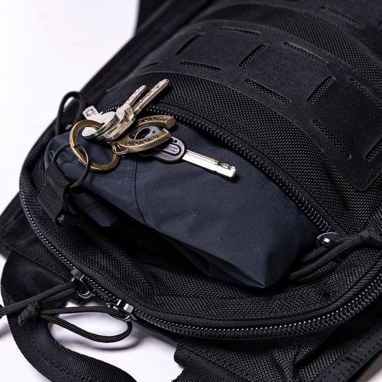 フロントポケットには薄手のアウターなどが収納できる、見た目以上の収納力。