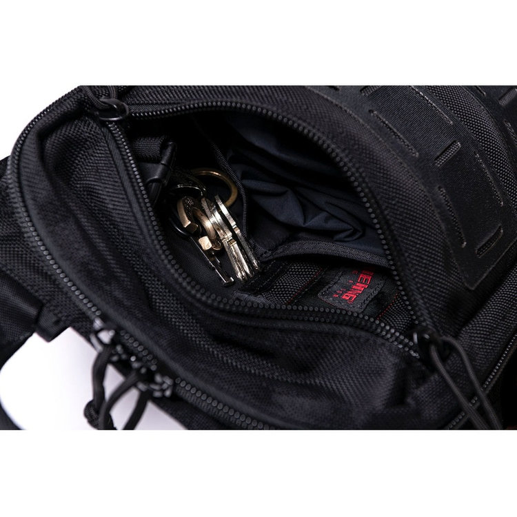 ジップポケット内に配した仕分け用ポケットは、カバンを前に背負った時に荷物だ出し入れしやすく、お財布やスマホなどの小物類の収納に便利。