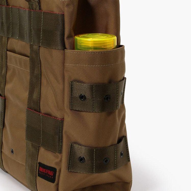 カバンの両サイドに配したポケットには、ドリンクボトルや折り畳み傘を収納するのに最適。