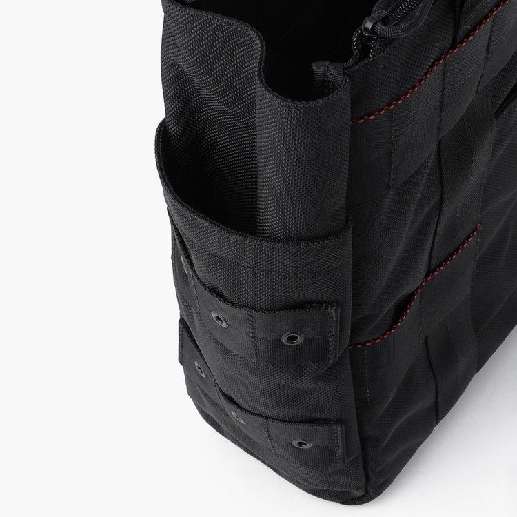 両サイドにはドリンクボトルや折り畳み傘などを収納するのに便利なポケットを完備。