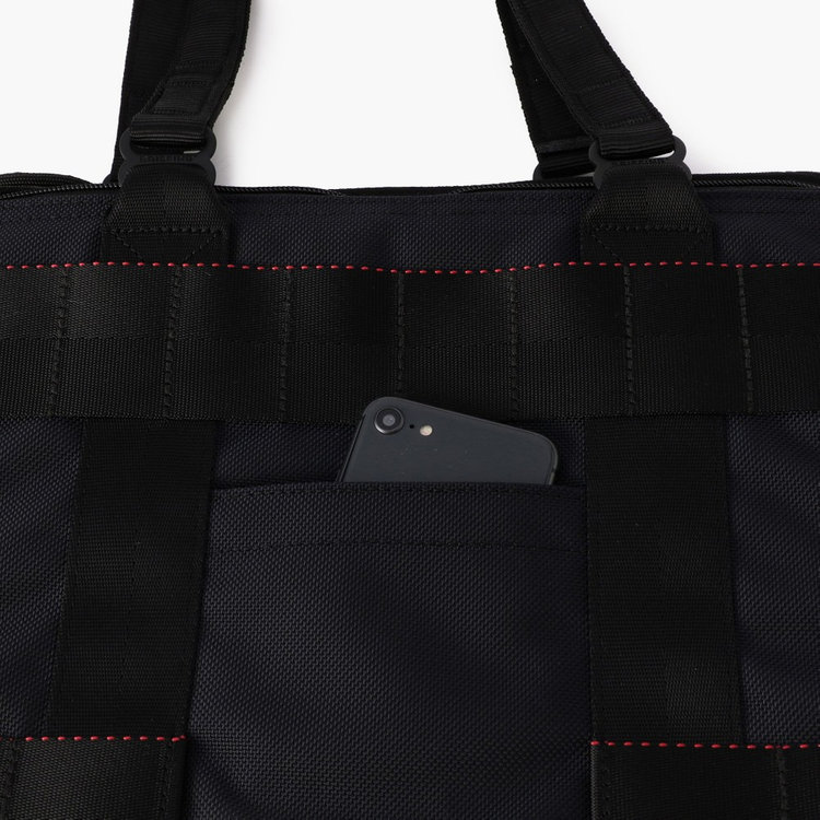 スマホなど使用頻度の高いアイテムを収納するのに便利なフロントポケット。