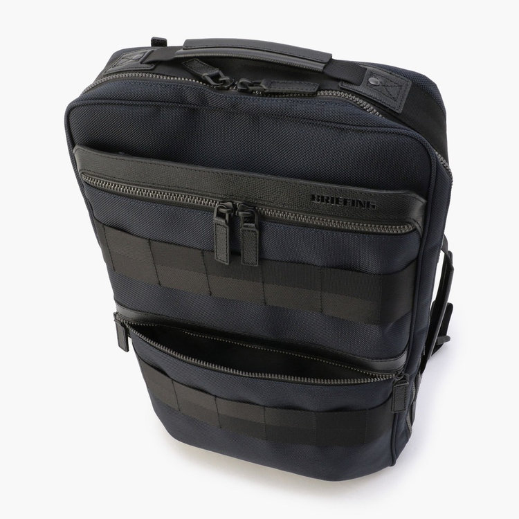 フロントには手前にジップポケットを2つ、奥にA4サイズ対応のジップポケット1つ設けている。