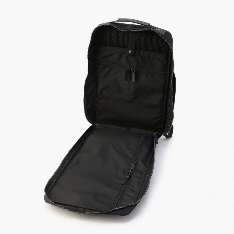 嵩張る荷物も出し入れしやすい、180度フルオープン仕様の開口部。