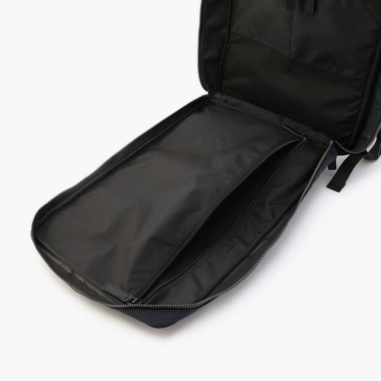 メイン収納部フロント側にはAサイズ対応可能のジップポケットを搭載。