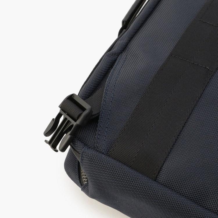 下部のリュックストラップも両脇のスリーブポケットに収納可能。