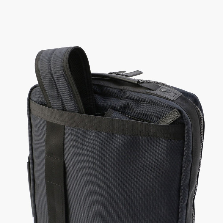 背面のジップポケット内にリュックストラップを収納する事で、ブリーフとして手持ちした際もスマートな佇まいに。