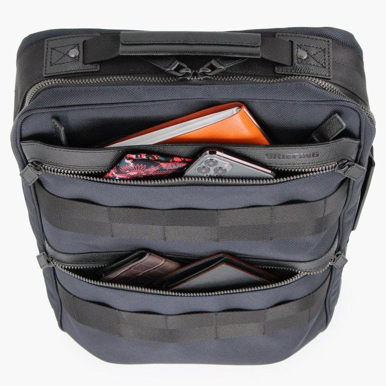 使用頻度の高い小物や書類などを箇所のポケットに分けて収納する事が可能。