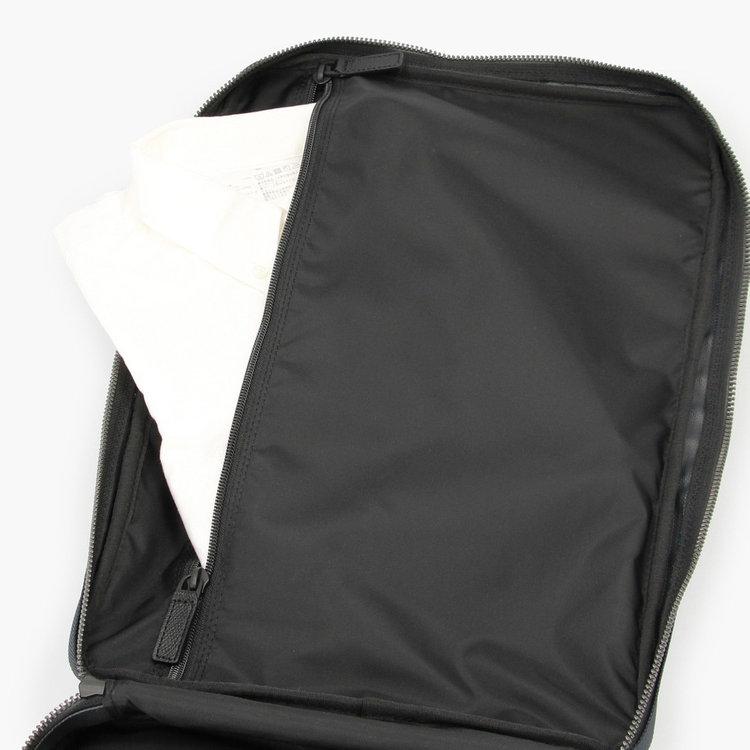 書類などの収納のほか、出張の際の着替え等を収納するのにも便利。