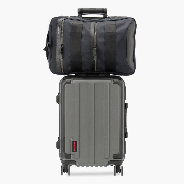 背面に搭載したメンファスナーを使用することで、ハードケースと併せ持ちすることが可能。