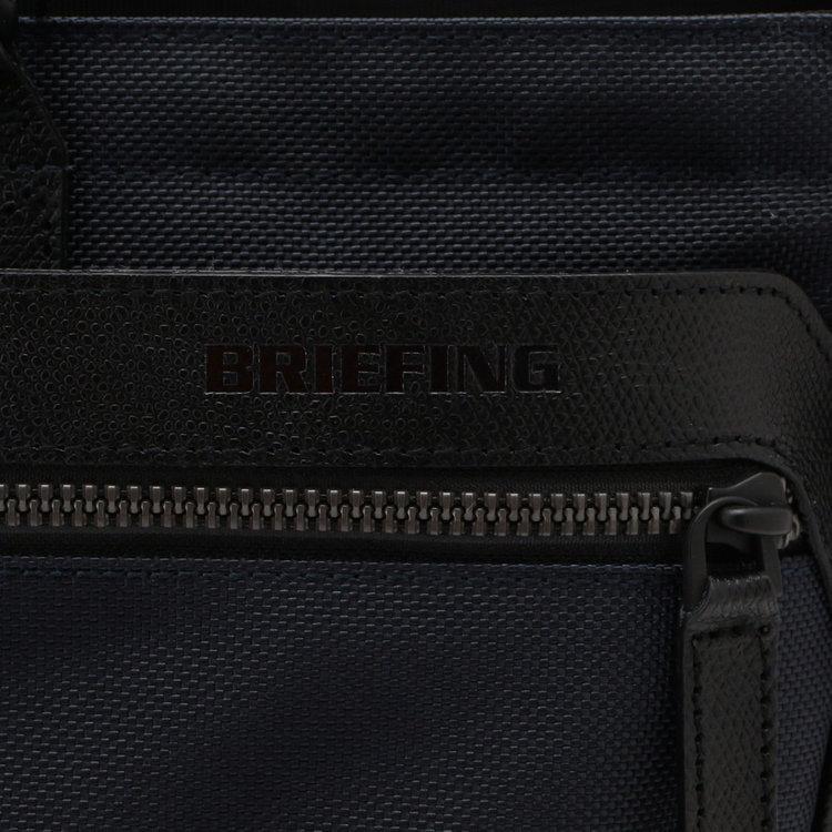型推しで表現したBRIEFINGロゴ。配色のプリントなどと異なり上品な印象に。