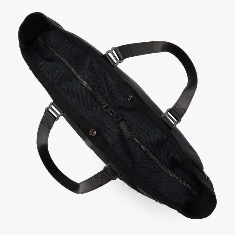 開口部にはジップで開閉できる天蓋を配し、中の荷物が見えない仕様に。