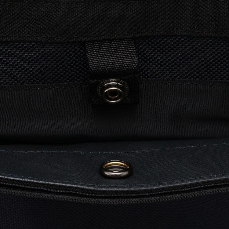 背面のポケットはスナップボタンで開口部を留める仕様です。