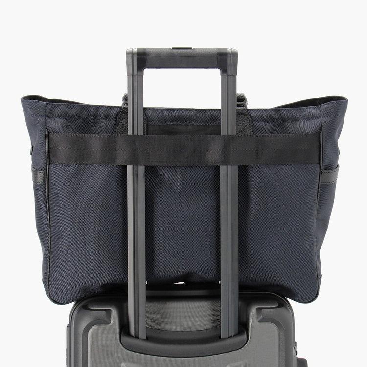 背面のメンファスナーを使用すれば、ハードケースと併せ持ちした際にしっかりと固定することが可能。
