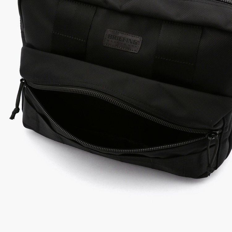マチを広くとったフロントポケットには、ペットボトルやA5サイズのノートなど収納しても余裕がある収納力。