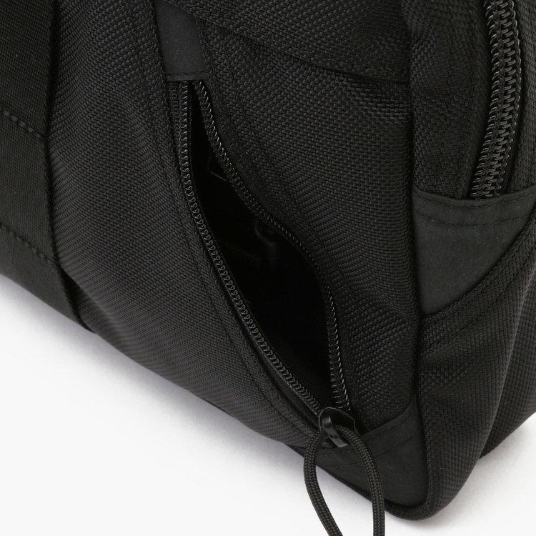 フロントポケットを斜めの配置にすることで、荷物の取り出しやすさに配慮。