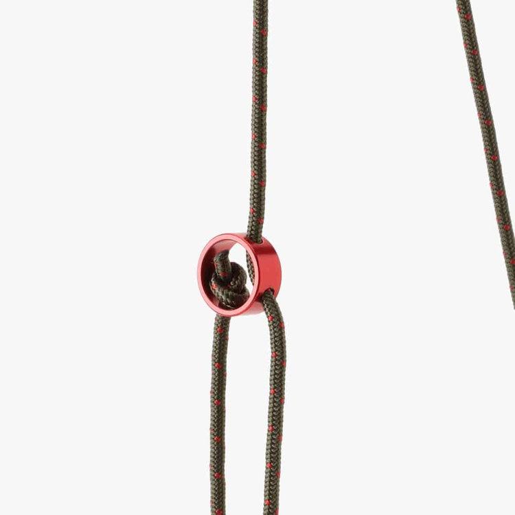 結び目の位置を変えることでストラップの長さを調節する事ができます。