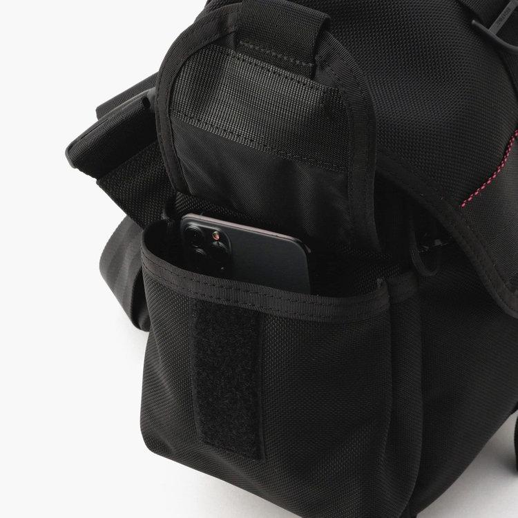 両サイドに配したポケットは、使用頻度の高い小物の収納に便利。マチつきで収納力も抜群です。