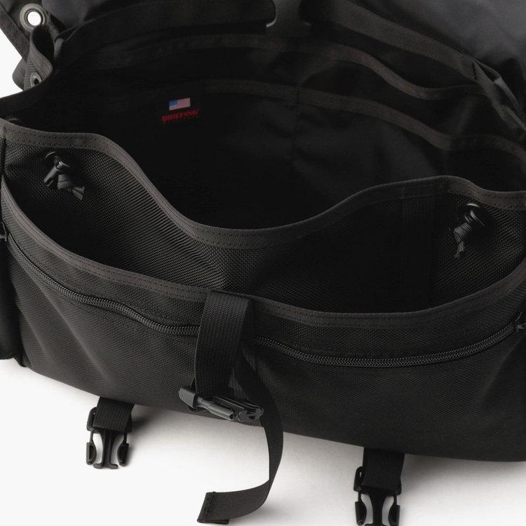 フラップを開けると、内部には仕分け用のポケットを多数完備。PC周辺機器や文具などの収納にも便利です。