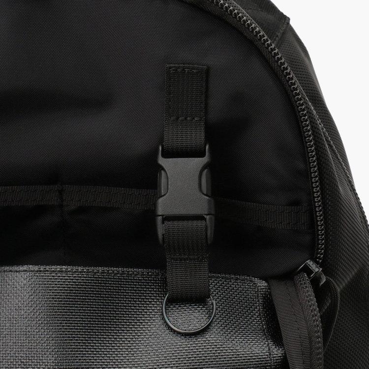 フロントポケット内部の着脱式キーホルダー。
