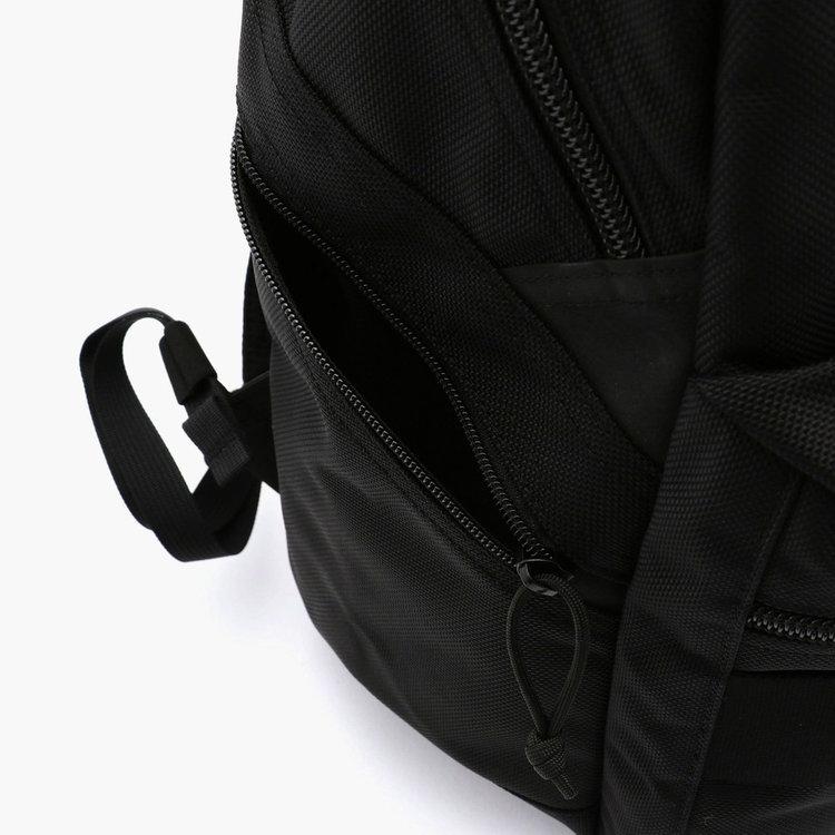 サイドポケットの斜めのカッティングは、カバンを背負ったままでも容易に荷物の出し入れが出来る設計。
