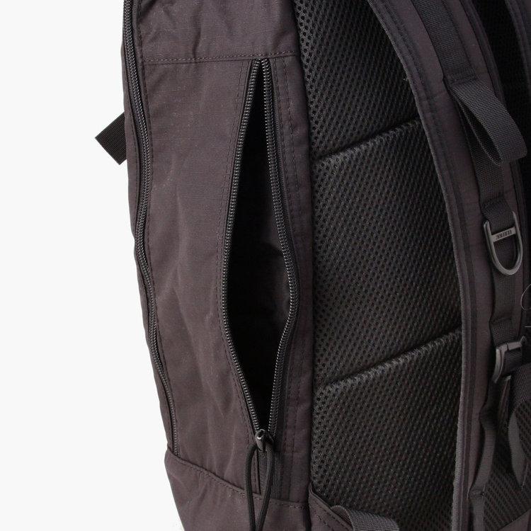 両サイドに配したジップポケットは、カバンを背負ったままアクセスすることが可能。スマホなどの使用頻度の高い小物類の収納に便利。