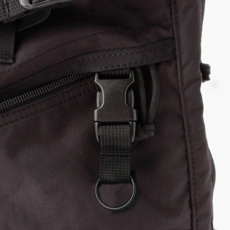 フロント下部のジップポケット内には着脱式のキーホルダーを搭載。