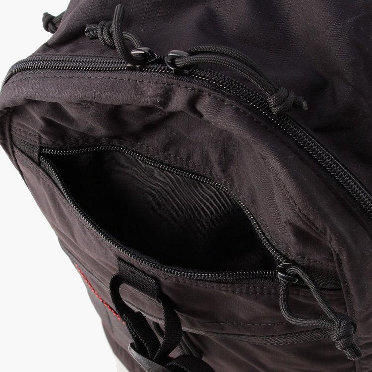 フロント上部に配したジップポケットは、カバンを前に背負った状態で荷物の出し入れしやすい位置に。