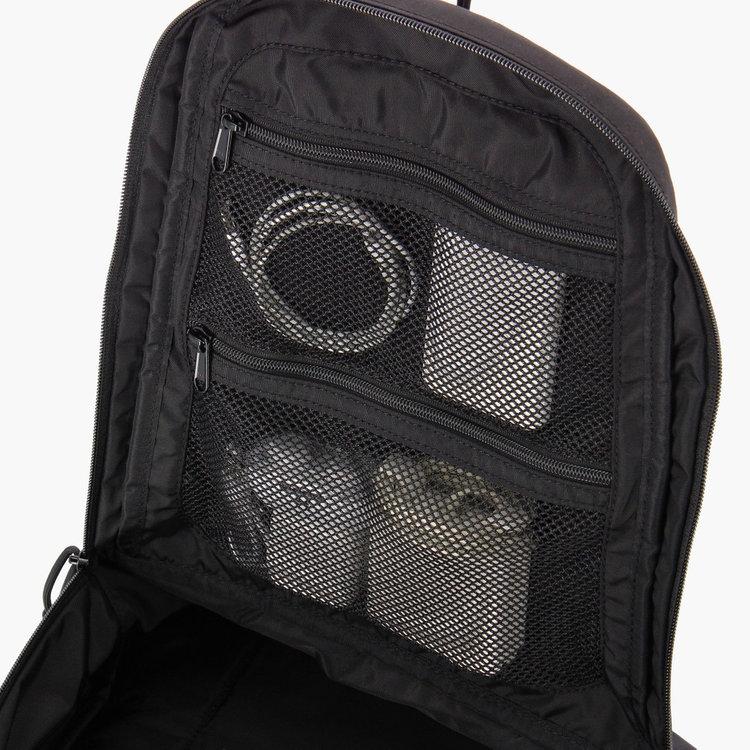カバン内部に搭載したメッシュポケットは視認性にすぐれ、ごちゃごちゃしがちなケーブルやバッテリーなどの収納に最適。