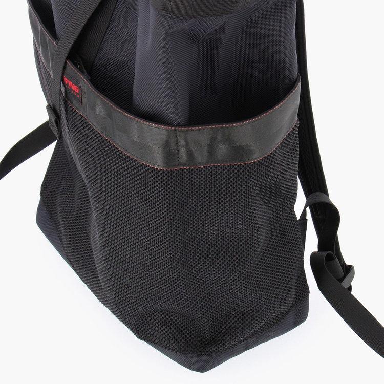 両サイドに配したポケットには、500ml程度のドリンクボトルや折り畳み傘の収納に便利。