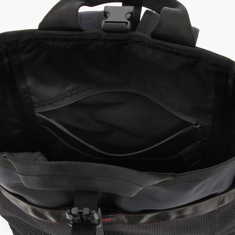 内部には、小物類を分けて収納するのに便利なジップポケット(中)1つとポケット(小)2つを完備。
