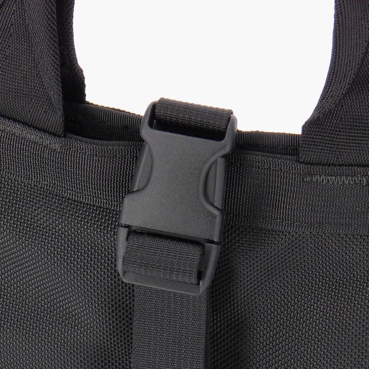 開口部はバックルで閉じる事ができる仕様。急に荷物が増えた再もバックルで調整することが可能です。