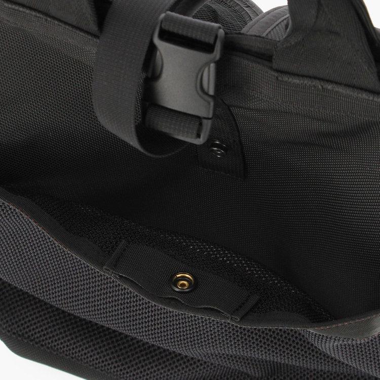 スナップボタン仕様のフロントポケットは、小物類はもちろん、薄手のアウターなども収納できるサイズ感。