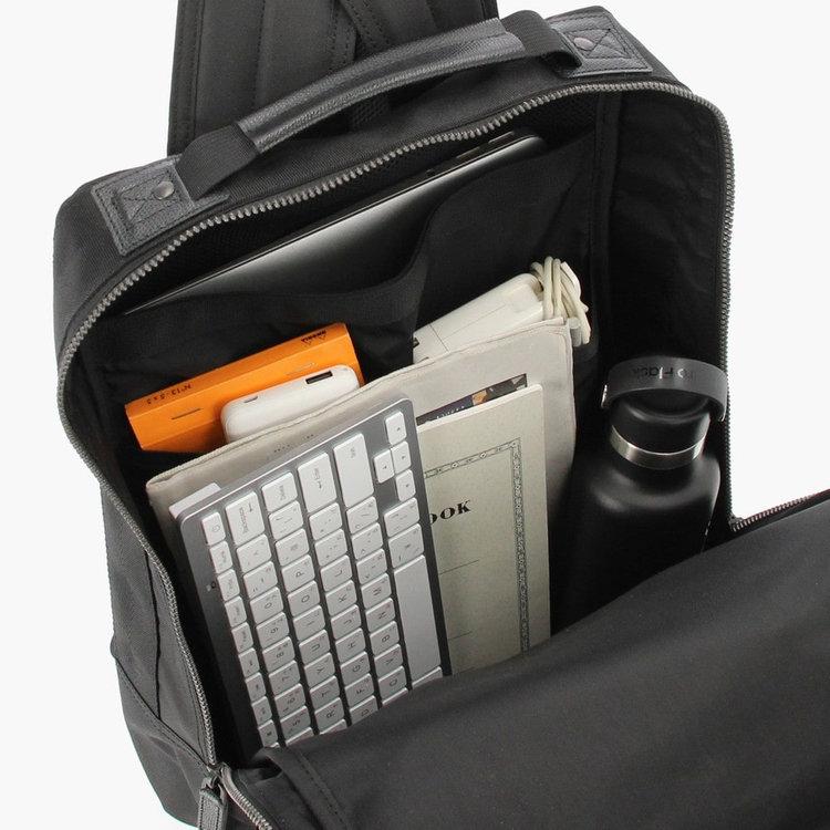 書類やファイルなどを収納しやすいスクウェア型のメイン収納部。B4サイズ対応で収納力も抜群です。