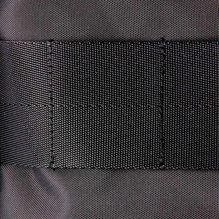通常のFUSIONシリーズよりもライトな素材を採用。軽量ながら高密度に織り上げたナイロンは丈夫で、より使い勝手のよい仕上がりに。