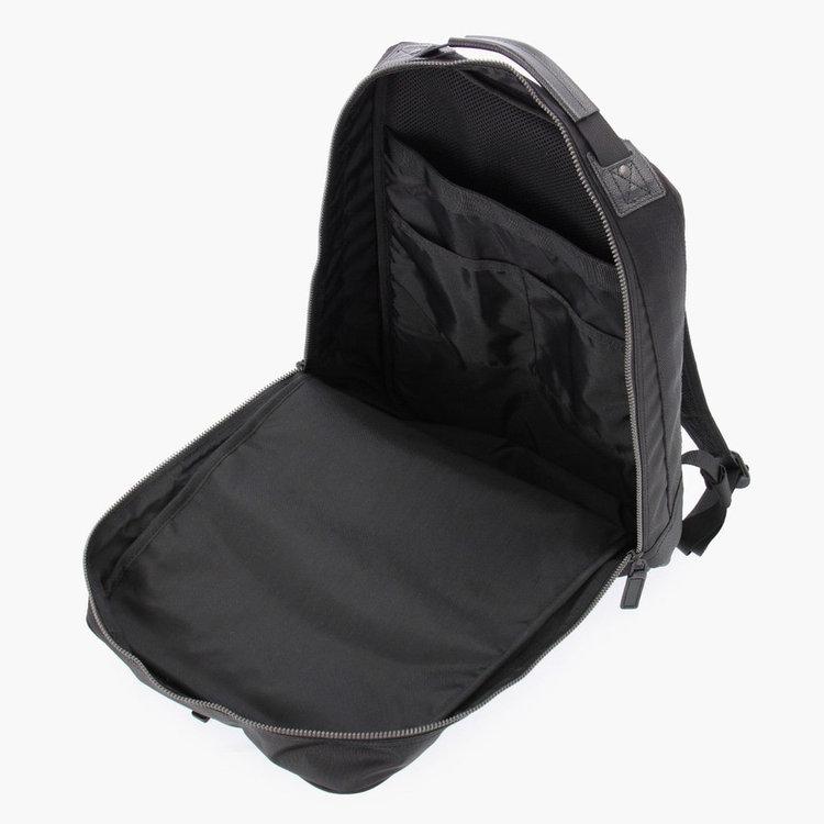 大きく開く開口部で、嵩張る荷物の出し入れがしやすい仕様に。