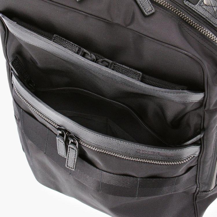 フロント部分にはA4サイズの書類などを収納できるポケット他、小物収納に便利なポケット2つを完備。