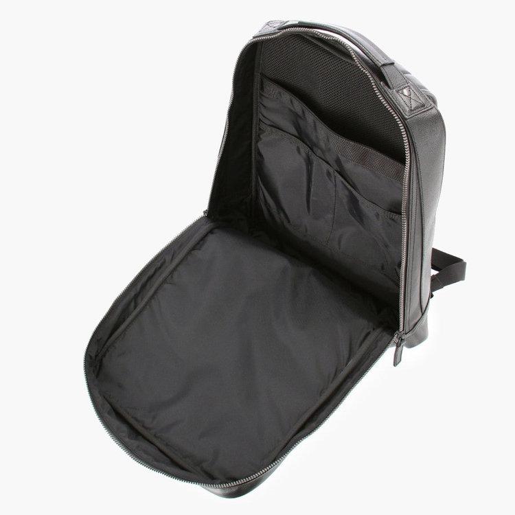 嵩張る荷物も出し入れしやすい、大きく開く開口部。